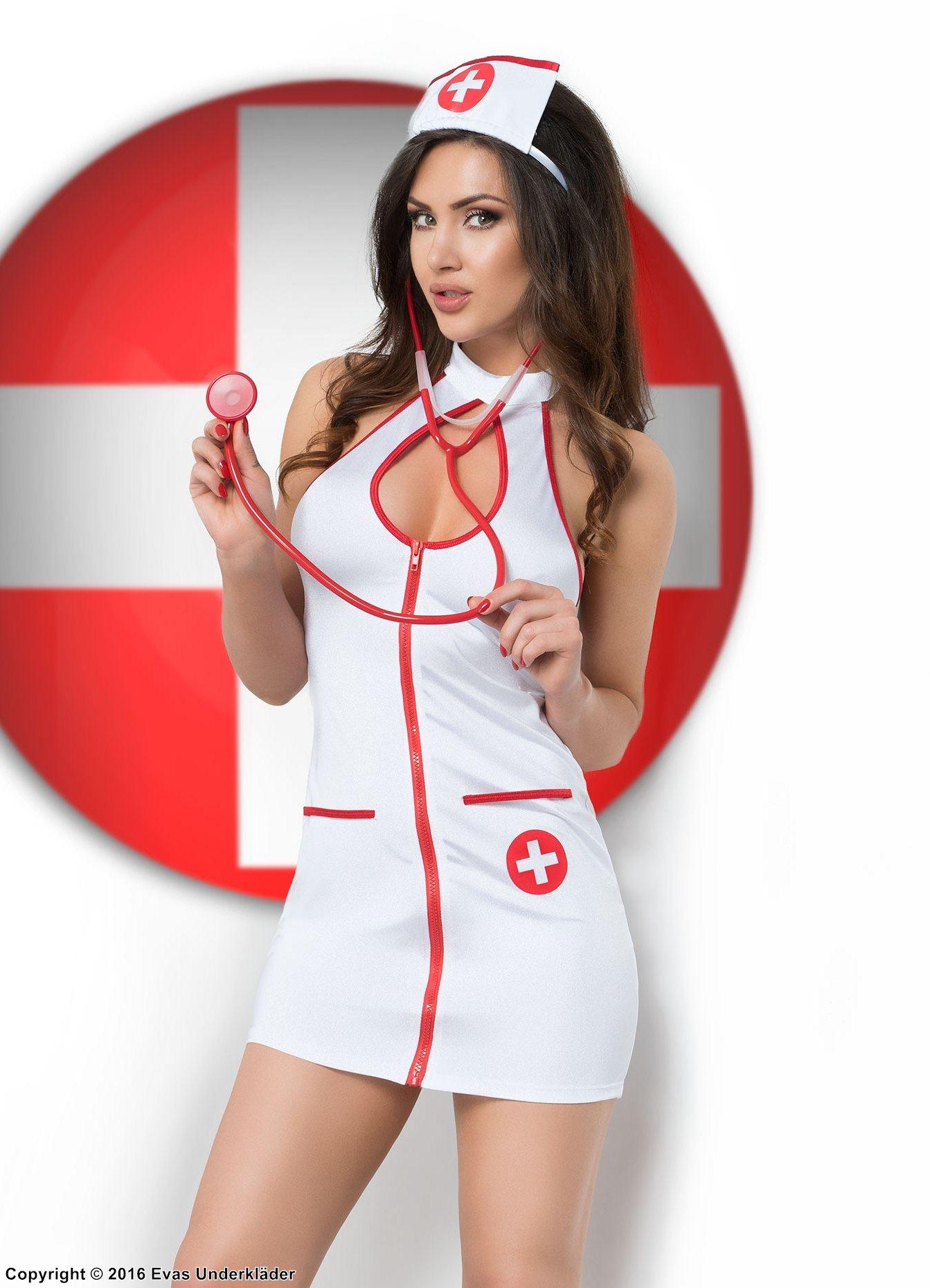 Женщина с огромными дойками позирует в костюме медсестры  345490